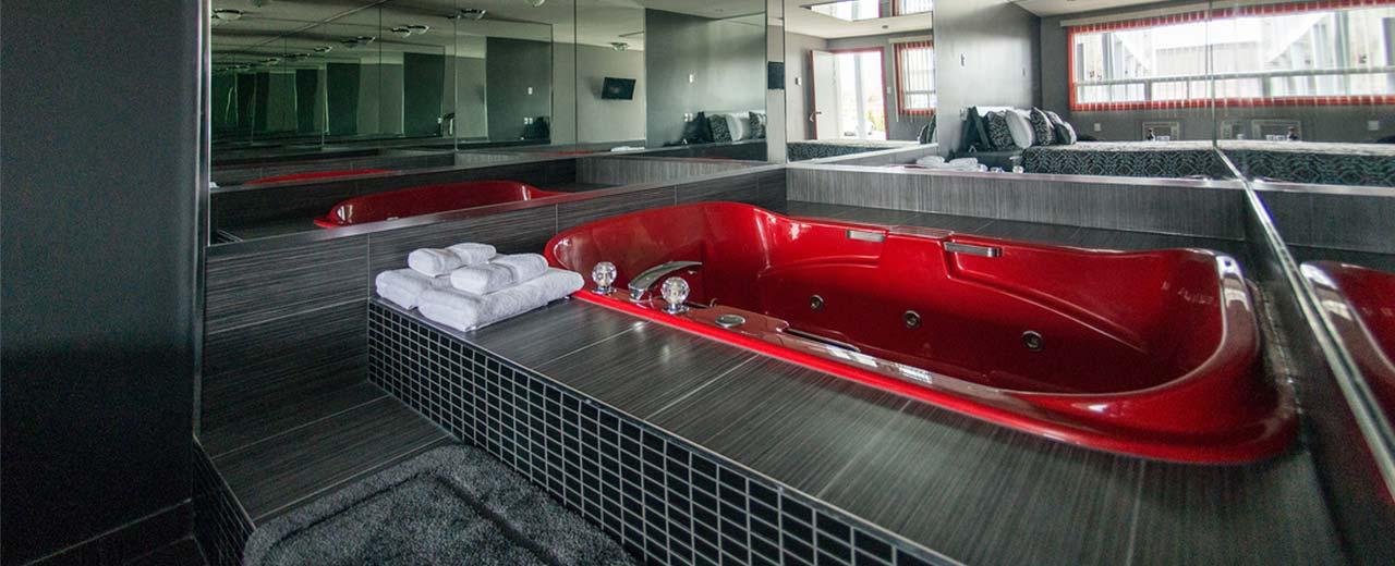 Chambres jacuzzi chambre jacuzzi montr al auberge st - Hotel avec bain a remous dans la chambre ...